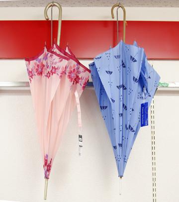 「雨の日も楽しく」かわいい傘がいっぱいです。
