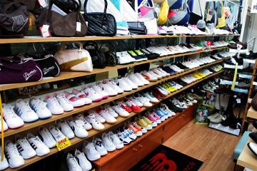 スポーツメーカーのバッグからスニーカー多数